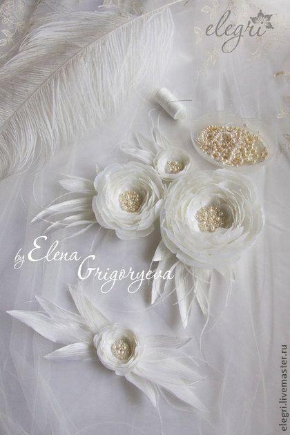 ЦВЕТЫ ИЗ ТКАНИ. `Свадебные цветы на пояс`. Цветы на пояс, на свадебное платье для невесты. Выполнены из кипельно-белого атласного шелка и эксельсиора. Серединка цветов расшита натуральным жемчугом, чешскими бусинами. Когда касается лучик солнца цветочка,…