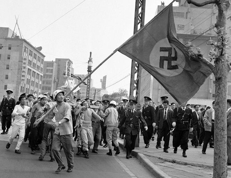 """Vor 50 Jahren: Die Welt im Jahr 1961 - Im Focus -  der 1. Mai 1961 in Japan! Die japanischen Ultranationalisten hielten ihre """"Patriotische Day"""" in Tokio am 1. Mai 1961 während einer Aufnahme 1.560.000 Arbeitnehmer einzuhalten die jährliche Maifeier im ganzen Land. Rechten eine Kundgebung am Hibiya Park und zeigt mit Hakenkreuz-Banner und fordern die Auflösung der Sozialistischen Partei."""