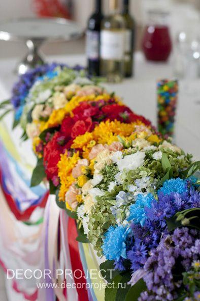 Радужная свадьба - оформление полевыми цветами
