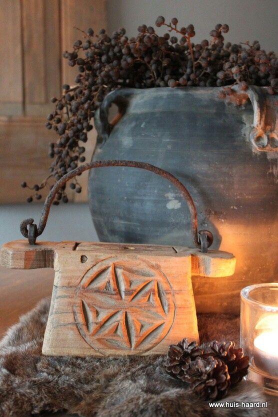 Oud indiaas zaaitasje met mooi houtsnijwerk ( huis-haard)