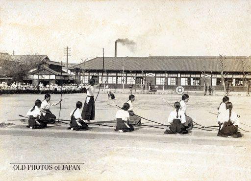 Japanese girl students, 1935. 女学生の弓道の練習 1935年代の岡山