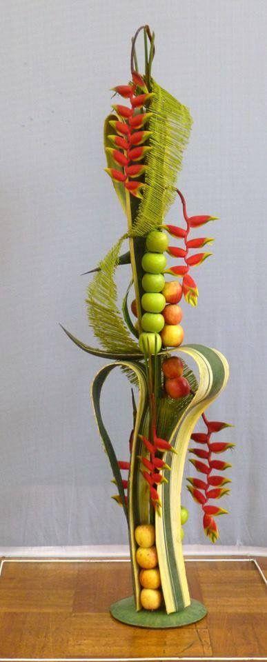 Arreglo flores tropicales y frutas