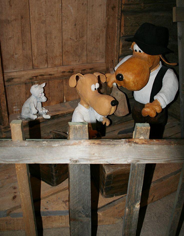 Pienoishahmojen lisäksi näyttelyssä on esillä myös muutamia isompia koirahahmoja.  Oulu (Finland)