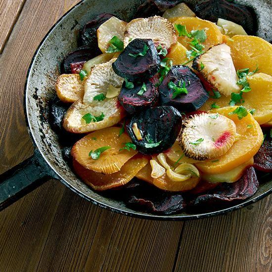 Commencer par éplucher les navets, les couper ensuite en 4,puis les mettre dans une casserole avec un fond d'eau. Faire cuire les navets 15-20 minutes : attendre qu'ils soienttendres et que toute l'eau soit évaporée. Pendant ce temps-là : peler le gingembre, le couper finementen julienne. Découper les betteraves en gros cubes. Dans une poêle faire revenir à l'huile d'olive sur un feu vif ; lesmorceaux de navets et de betteraves, le gingembre et le mielpuis ajouter du sel et poivre.