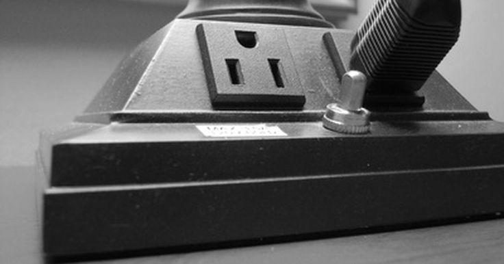 Como converter uma tomada elétrica em uma antena. Uma tomada elétrica pode funcionar como antena para uma televisão ou rádio FM com a ajuda de uma antena plug-in. O dispositivo de conexão de parede conecta os terminais da antena a um plugue de três pinos que bloqueia a corrente elétrica quando está conectado. O rádio ou a televisão podem então utilizar a tomada como antena, junto com os fios ...