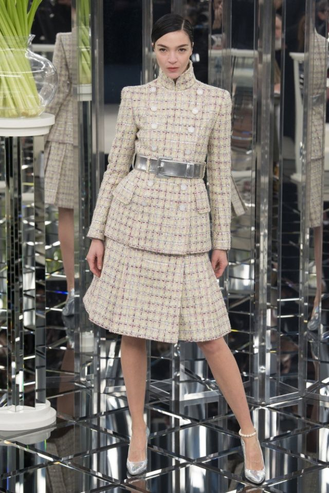 Mariacarla Boscono for Chanel Haute Couture spring/summer 2017 collection. #couture #pfw #parisfashionweek #hautecouture #chanel #fabfashionfix #runway
