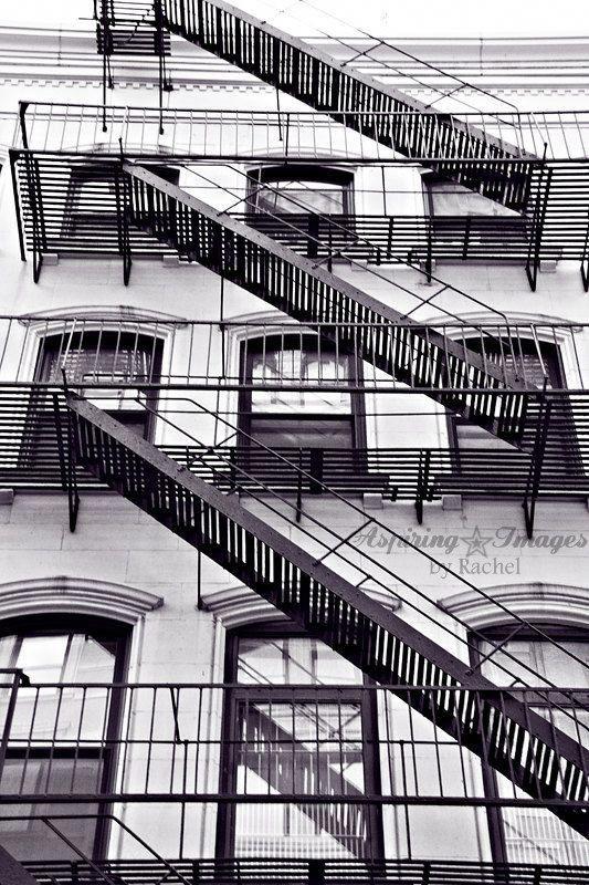 New York City Fotografie, schwarze und weiße städtische Wandkunst, abstrakte Büro-Dekor, Feuerleiter Fine Art Print, NYC Urban Decor, BnW NYC