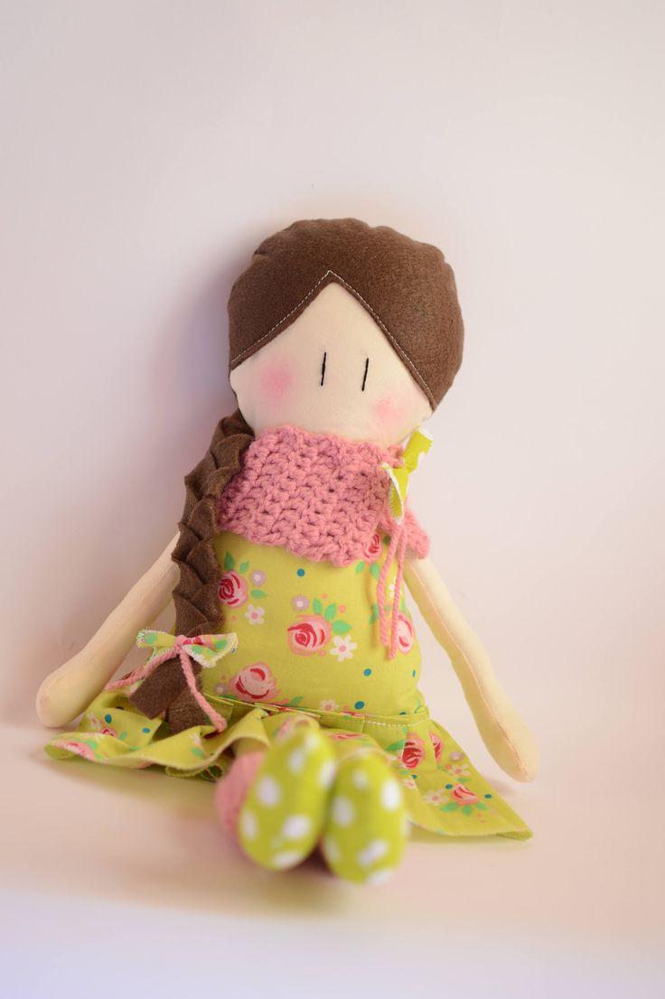 Bambola fatta a mano - Bambola in stoffa fantasia fiori - Bambola di stoffa colore verde - Bambola con sciarpa - Bambola con treccia di IlFioccodiIleana su Etsy