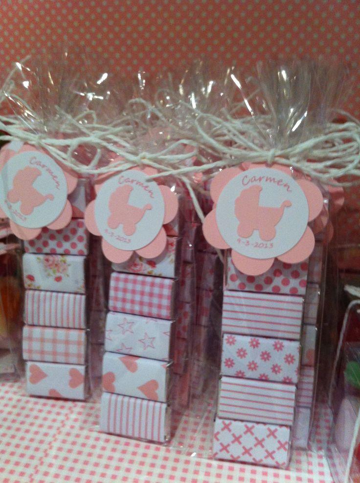 paquetitos de chocolatinas decoradas en rosa, etiquetas personalizadas, carrito troquelado. bautizo