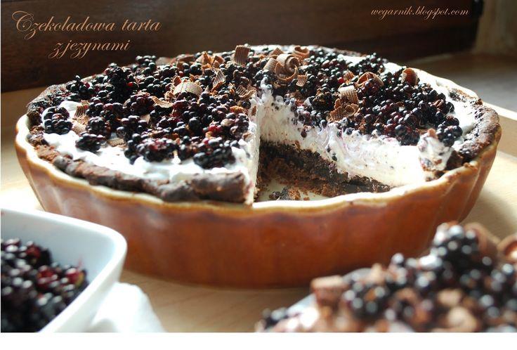 Tarta czarno-  biała. Kakaowy kruchy spód, intensywnie czekoladowa masa, śnieżnobiała bita śmietana kokosowa, prawie czarne jeżyny ...