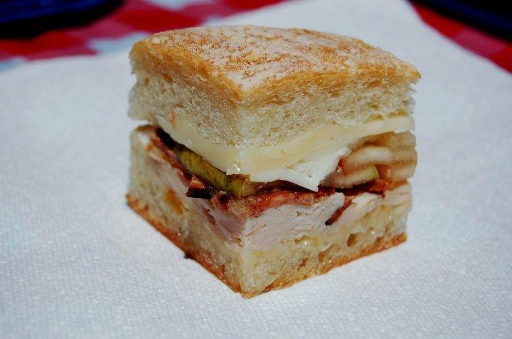 Lunch Rezept: Gepresstes Sandwich mit Speck, Manchego und Birne - HYYPERLIC