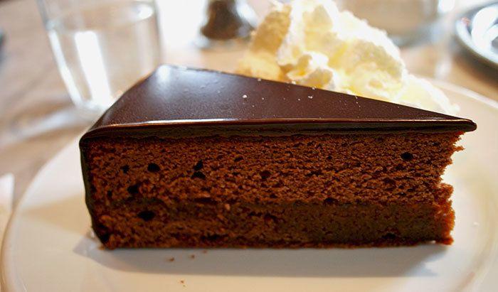 Ünü önce Avusturya'da daha sonra dünyaya sıçrayan lezzeti emsalsiz ve damaklarda hayranlık bırakan Sachartorte dünyaca ünlü lezzetler arasında ha..