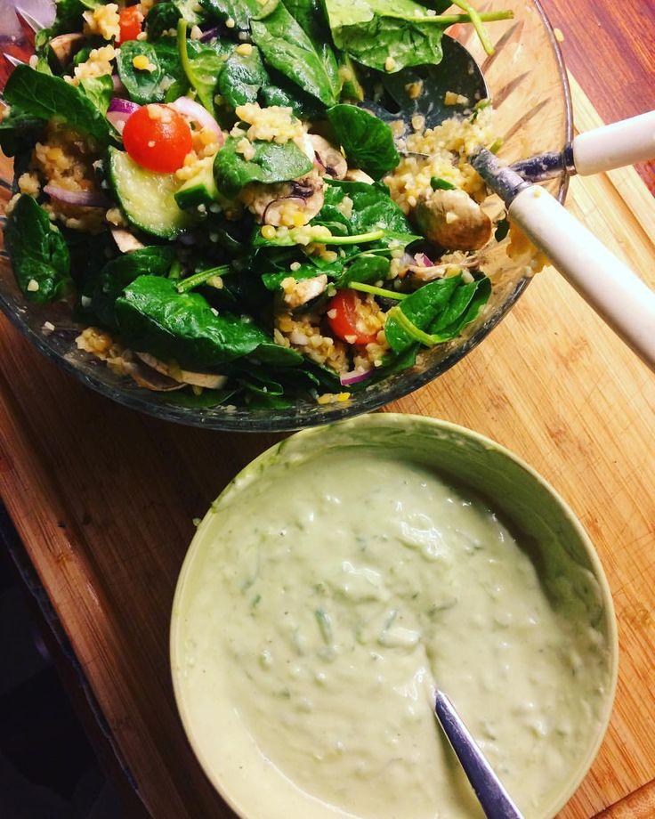 Jag är ett gastronomiskt geni. I present to you: guacatziki! En fusion av guacamole och tzatziki😍 You're welcome 😁 och en matig sallad med bulgur och linser, rödlök, champinjoner, körsbärstomater, gurka, citron och babyspenat. Och så ska vi GRILLA. #hälsanskök vegetariska filéer. #vego #vegetariskt #filéer #veganskt #vegan #tjejkväll #varmsallad #kvargsås #kvarg #grillade #avokado #filé