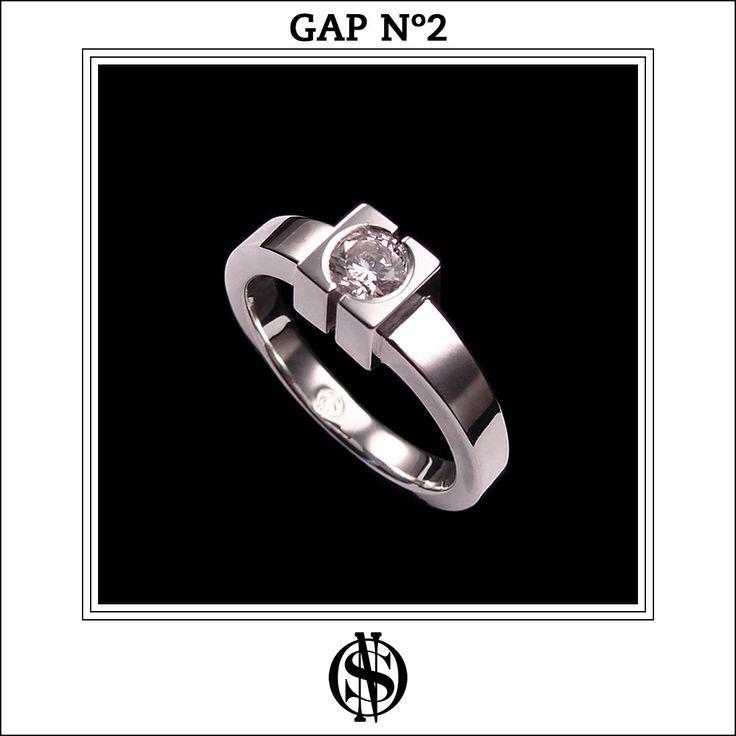 """Anillo de compromiso """"GAP No.2"""" en oro blanco 18K y diamante. Hecho y diseñado por NSO."""
