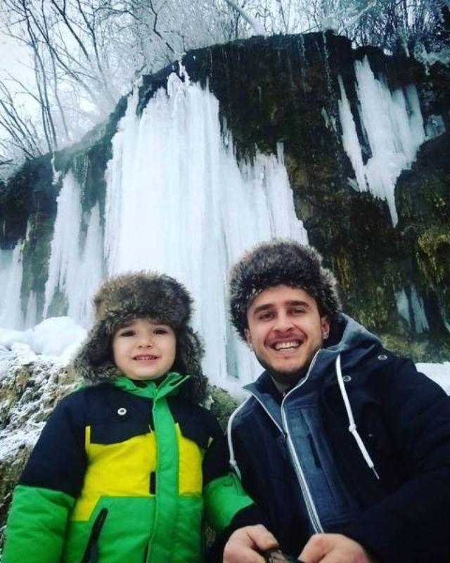 Şerban Copot, vacanţă la munte alături de copil, tată şi bunic https://www.viva.ro/vedete-si-evenimente/stiri/serban-copot-vacanta-la-munte-alaturi-de-copil-tata-si-bunic-2368647