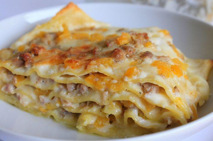 Le lasagne cremose con zucca, gorgonzola e speck è un primo piatto perfetto per la stagione autunnale, cremoso e molto saporito. Ecco la ricetta