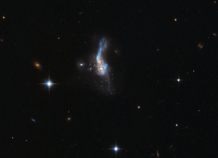 Två kolliderande galaxer med namnet IRAS 14348-1447 som upptäcktes 1983 i infrarött ljus har nu låtit sig fotograferas av Hubbleteleskopet.