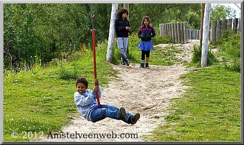 """""""de avontuurlijke speelplaats"""". Een leuke speelplek, direct achter het gemeentehuis in Amstelveen. Met een bootje, kabelbaan en klimtraject door het riet."""