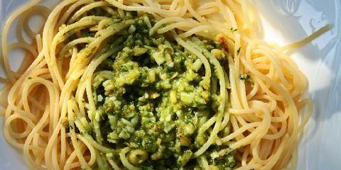 Pesto  - Dette er oppskriften på klassisk, grønn pesto.
