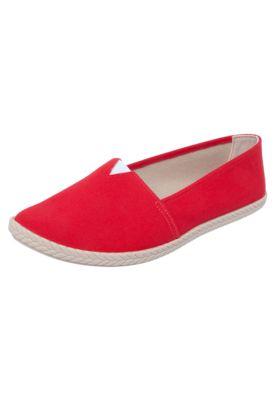 O Tênis Slip on Moleca Trança vermelho é confeccionado em material têxtil e apresenta recorte trançado e elástico para melhor conforto no cabedal. Interior em material têxtil, palmilha macia e solado de borracha estilizado.