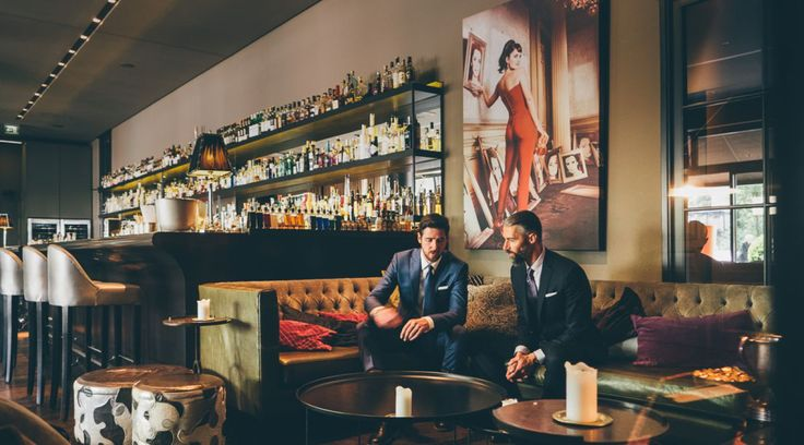 """A Gentlemen's World: Neuer Style im The George. Der Online-Shop """"Young & Gentle"""" bietet Anzüge nach Maß - und stattet das Rezeptions-Team des Hotels aus."""