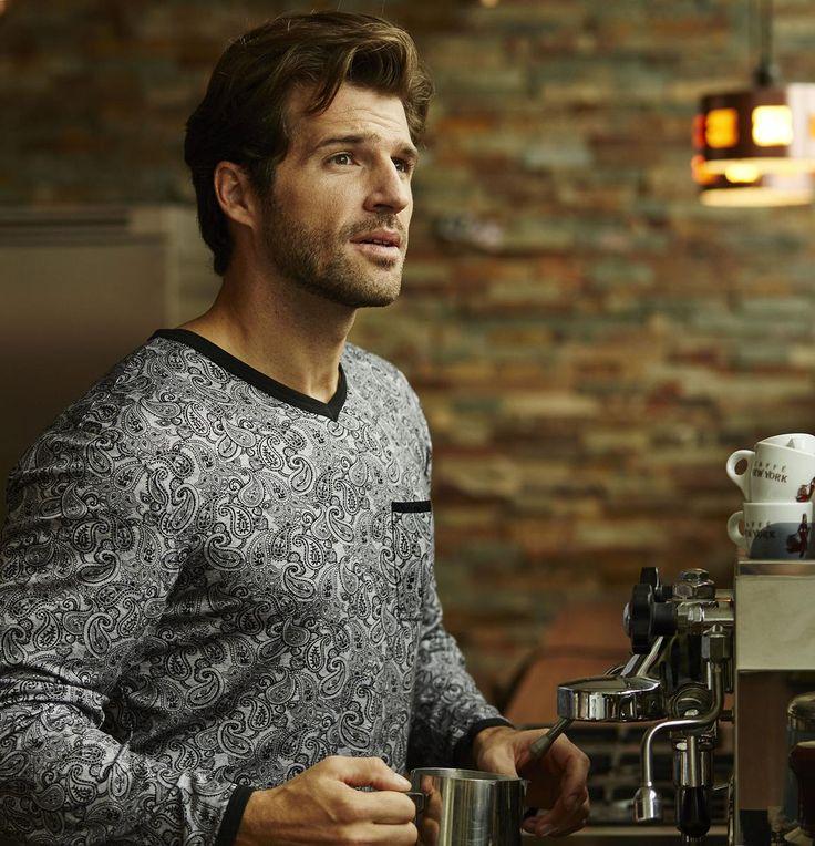 Ringella Men Pyjama 6441238 Ein Paisley-Muster in wunderschöner Farbauswahl stellt sich hier gekonnt in den Mittelpunkt. Das hübsche Oberteil wird mit einer Hose in Uni kombiniert. Der V-Ausschnitt und eine Brusttasche machen den Look perfekt.