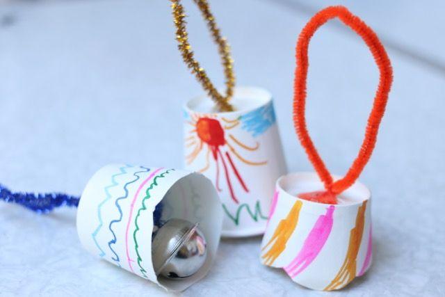 子ども達と一緒に、クリスマス工作にハマっています♪ 作り方メモ: 紙コップを切って穴を開け、モールを通す。モールの先に鈴を通して結ぶ。出来上がり〜