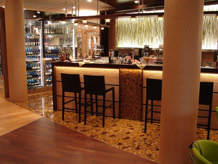 L'intera ambientazione richiama i colori della iuta. Anche una porzione del pavimento ingloba in resina i chicchi di caffè.