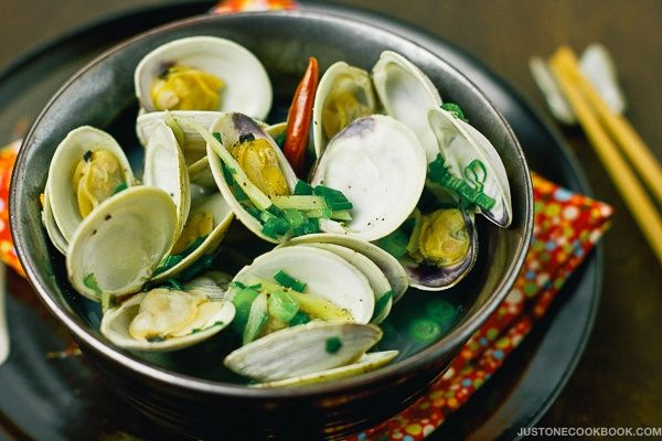Sake-Steamed Clams made in 10 minutes with just 5 ingredients! Sake brings out amazing flavors from the clams; simplicity at its best!