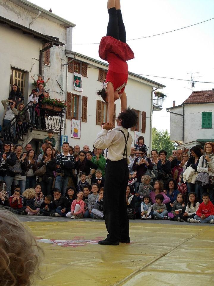 spettacoli di arte di strada a Borgomatto (Gragnola -MS)  i NaniRossi