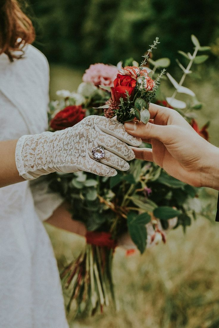 #wedding#flowers#boho#vintage#gloves#ring#bouquet  https://www.instagram.com/larisagancea/