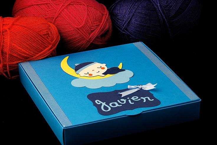 Bonita caja personalizada, para hacer un regalo a un bebé.