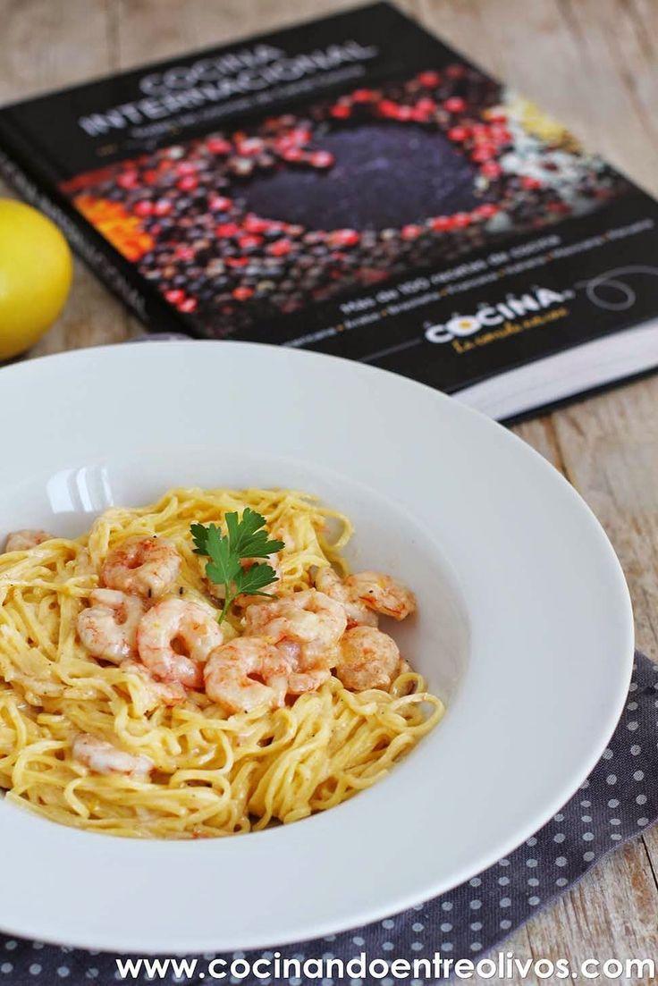 "Hoy os traigo un plato de pasta D-E-L-I-C-I-O-S-O, unos Espaguetis al limón con gambas y mascarpone o como se diría en italiano ""Spaghetti al limone, gamberi e mascarpone"". La receta de esta Pasta al limón, gambas y mascarpone, la he copiado del libro Cocina Internacional .Todas las recetasde Canal Cocina, Editorial Grijalbo. Un estupendo libro,"