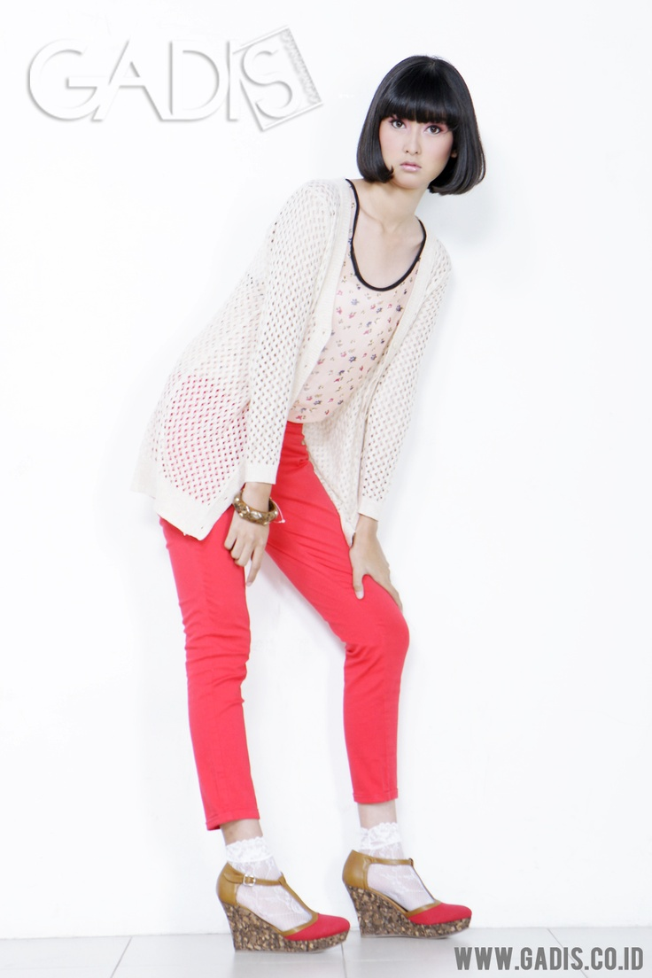 Colored pants are hot this season. Just wear the bright one to steal the attention at school. And red is the perfect one!