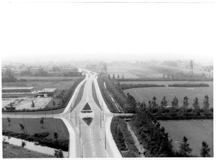 Panoramafoto, Rondweg-west, circa 1967, Foto genomen vanaf het laatste flatgebouw in het Prins Willem-Alexanderpark in zuidelijke richting. Op de voorgrond het Omleidingskanaal en daarachter de Sportlaan (kruising) en het Valleibad. Op de verre achtergrond links het Franse Gat. Op de open velden rechts van de Rondweg-west zal in de jaren 1970 de wijk Veenendaal-west (Hondzenelleboog) verrijzen.