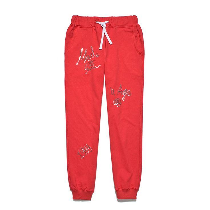 Spodnie Dresowe SEQUIN RED Damskie spodnie dresowe wykonane z dresówki pętelki. Krój bardziej dopasowany. W pasie guma na dole ściągacz. Na całości w przypadkowych miejscach napisy/slogany (4Ages, Urban Delivery,1999,Made in sun, Hardest, Short Beautiful Life) wykonane z drobnych cekinów . Gramatura 280g.