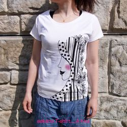レディースTシャツです。サイズ:L手刷りシルクスクリーンプリント+手描きです。日本の言葉【あえかな】を表現しました。[あえかな]とは、うつくしくかよわい様子 という意味で、美しい女性にチークを入れかわいらしく仕上げました。一枚一枚制作しているので、毎回一点ものが仕上がります。 Tシャツ地は、細すぎないきれいなシルエットで、薄手の柔らかい天竺の生地を使用したベーシックTシャツです。 程よく広めの前開きが女性らしくキュートです。サイズ:L (着丈64センチ,身幅44センチ,袖丈16センチ)繊維製品ですので1~2cmの誤差がございます。素材 :綿100% 4.3oz※画面上と実物では多少色具合が異なって見える場合もございます。ご了承下さい。