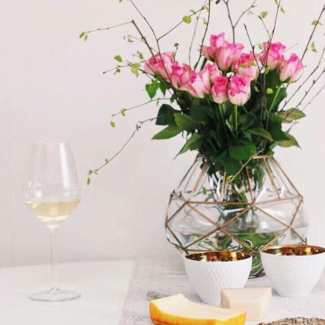 VÅRKÄNSLOR  Förgyll det gråa vädret med färska blommor  #JohannaMagdalenaDesign #inredning #interior #design #homedetails #details #homedecor #stylinginspo #inspiration #svenskdesign #scandinavian #home #dagensinspo #inredningsdesign #interiör #inredningsdetaljer #instahome #webbutik #wine #vin #winelover #cheese #roses #flowers #blommor #vår #spring