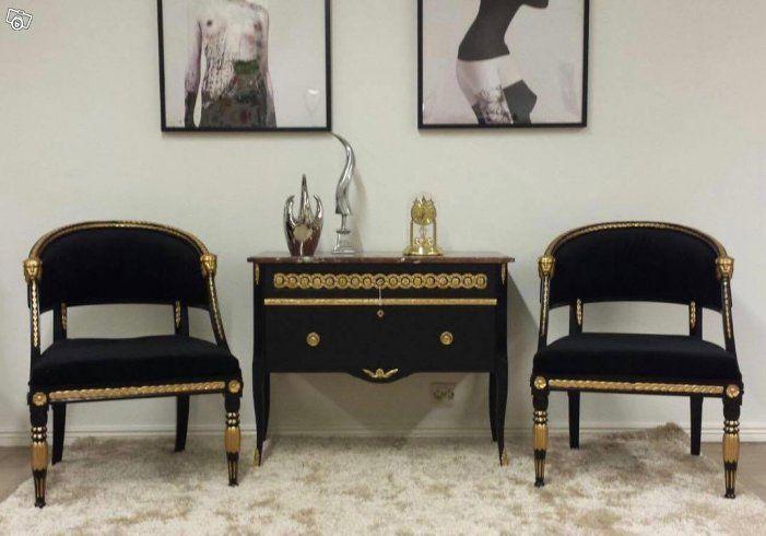 Klassisk och eleganta baljfåtöljer med svart karm och guld lejonhuvud , klädd i det populära svart sammet tyget. Stilrent och effektfullt!  Mått:  Bredd: 62 cm  Djup: 63 cm  Höjd: 81 cm  Pris : 6900kr styck.  Sökord: Fåtölj , Stol , Soffa, Rokoko, Gu...