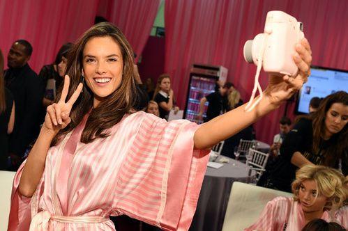 Le selfie d'Alessandra Ambrosio en coulisses beauté du défilé Victoria's Secret
