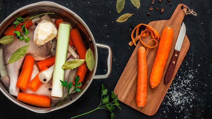 Um bom tempero caseiro pode transformar completamente seus pratos. Então, que tal aprender a preparar um saboroso caldo de frango? Confira a receita