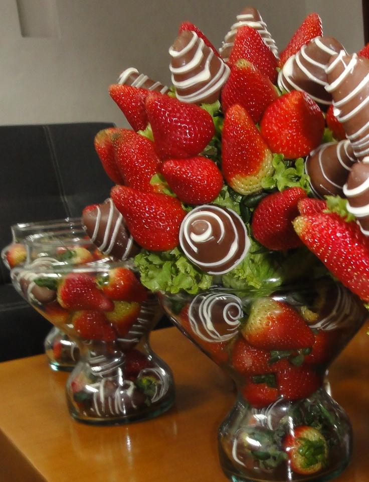 Centros de mesa llenos de fresas con chocolate