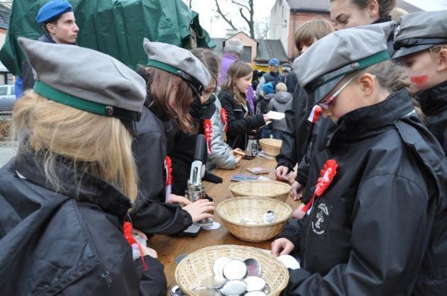 Harcerze wybijają medale z podobizną Feliksa Nowosielskiego - patrona Dnia Niepodległości 11 listopada 2014 roku na rynku w Brwinowie.