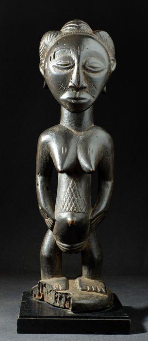 Beeldje van een voorouder - HEMBA - DRC  Beeldje van een voorouder - HEMBA - DRCEerste derde van de 20e eeuw - In goede staat - houten standaard inbegrepenDe Luba naburige het Hemba leven op de Luika rivier een zijrivier van de Kongo.De fundamentele cultus van de voorouders maakte hen beeldhouwen van enkele van de mooiste beelden van Afrikaanse kunst.Dit beeldje toont een mooie balans van sculpturale volumes in een prachtig architecturaal ritme frontale profile of terug.Het heeft een lange…