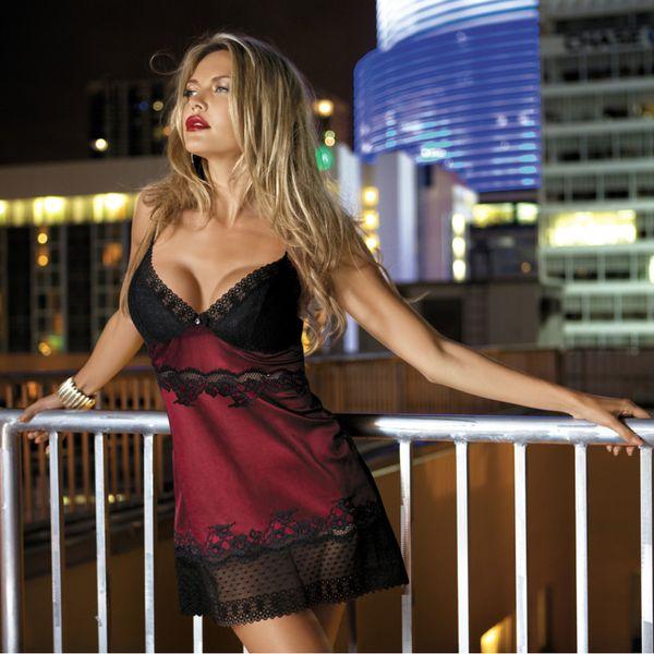 Rød og svart nattkjole 1504 AT ME.Sensuell nattkjole i sort og rødt med nydelige sorte blondedetaljer. Stringtruse er inkludert. Svart /Rød   Produsenten har mottatt flere...