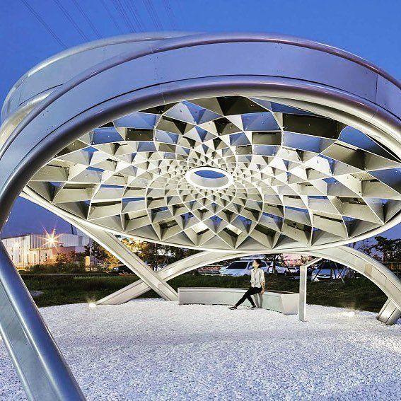 PROJECT NAME: Solar Pine LOCATION: Posco Energy Green Park ChungraIncheon Korea PROJECT STATUS: Built YEAR COMPLETED: 2016 SIZE: 844 sq. feet ARCHITECT: HG-ARCHITECTURE  این سازه یک مجسمه زیباست که با ایده برداری از هندسه میوه درخت کاج و با استفاده از آخرین تکنولوژی روز دنیای دیجیتال جهت بهره گیری از انرژی خورشیدی طراحی و ساخته شده است. فرم زیبای هندسه سازه در روز الگوهای زیبایی از نور و سایه را بر کف شکل میدهد و همچنین در شب روشنایی فضای استراحتگاه و محوطه باز خارجی آن توسط پانل های خورشیدی…