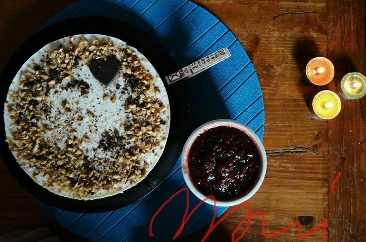 """Cheesecake """"DaniDani""""  Ingedienti: biscotti digestive, farina di grano saraceno, yogurt al cocco, philedelphia, zucchero di canna, granella di nocciole e cioccolata fondente. Servita con riduzione di ciliegie liquorose. #mariproduction #glutenfree #green #greenstyle"""