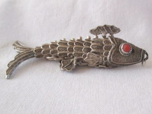 Zilveren hanger in de vorm van een vis - bloedkoraal ogen