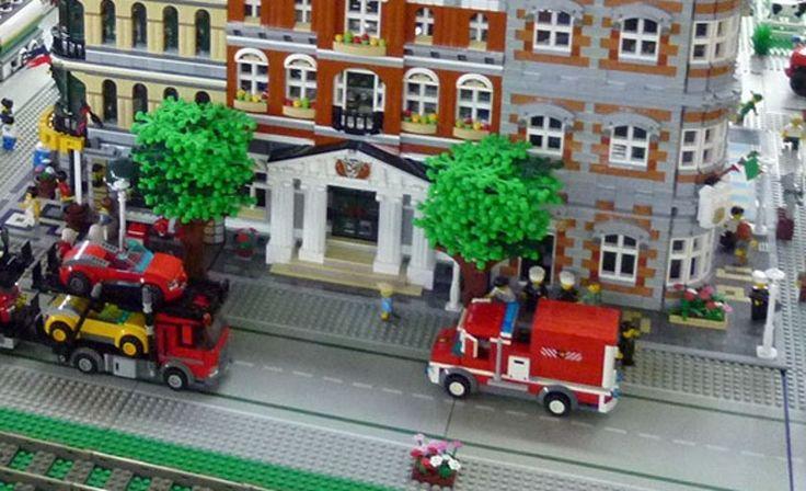 """I mattoncinidi Lego in mostra domani, domenica 19 novembre, al Pirellone a Milano.  Dalle 9.30 alle 17 (ultimo ingresso alle 16.30) si potrà visitare la mostra """"Mattoncini al Pirellone"""", allestita al Belvedere Iannacci al 31° piano di Palazzo Pirelli,"""