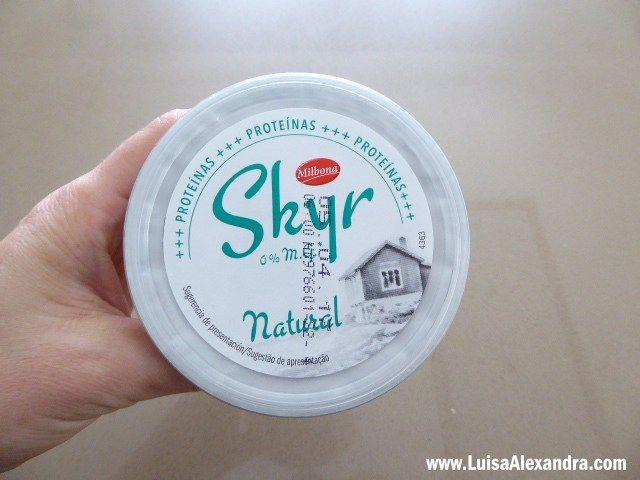 Depois de ler tão boas críticas acerca doiogurte Skyr, aproveitei uma ida ao Lidl para comprar e experimentar. O iogurte Skyr éum produto lácteo proveniente da Islândia produzido desde a Idade Média. É formado a partir de leite magro pasteurizado,de textura espessa aliada a um sabor suave mas levemente azedo. O Skyr é umRead More »